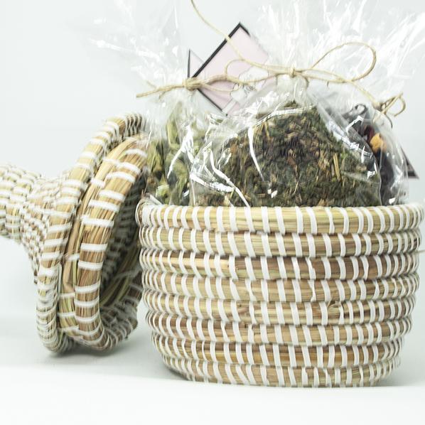 Cadeaupakket met Afrikaans bijoux mandje en 3 soorten natuurlijke thee