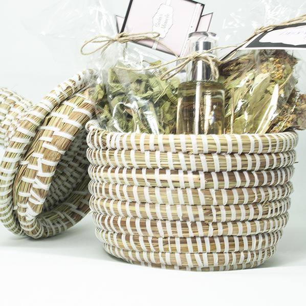 Cadeaupakket met Afrikaans bijoux mandje gevuld met natuurlijke thee en oranjebloesemwater spray