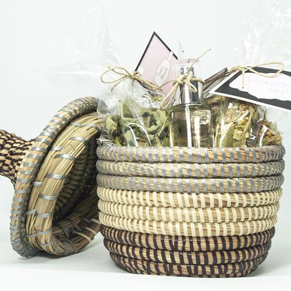 Cadeaupakket met Afrikaan bijoux mandje met 2 soorten natuurlijke thee en een natuurlijke oranjebloesemwater spray