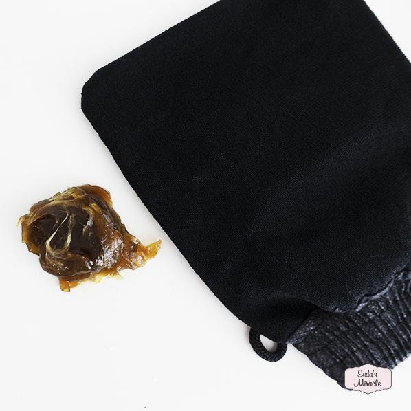 African beauty scrub met Afrikaanse zwarte zeep en een hamam handschoen, kessa glove