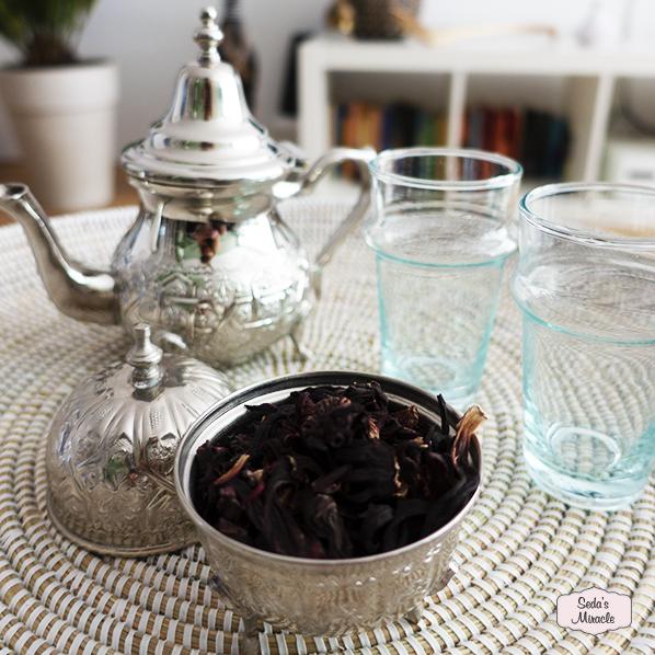 Afrikaanse schaal met Marokkaanse theepot, Marokkaanse theeglazen en Marokkaans bakje met granaatappelthee