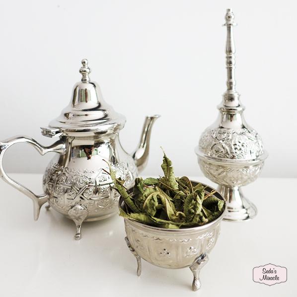 Marokkaanse theepot met authentieke Marokkaanse sprenkelfles en een Marokkaans bakje met natuurlijke verbena thee
