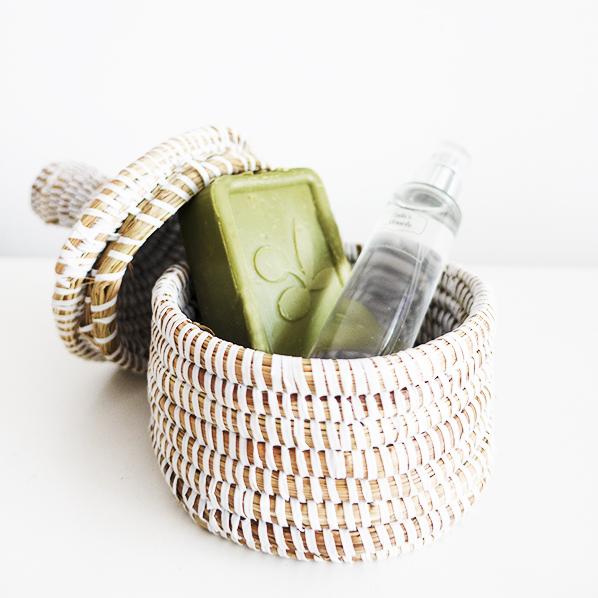 Natuurlijke beauty verwenpakket met Afrikaans bijoux mandje met dierproefvrije vegan olijfolie zeep en biologische lavendelwater spray