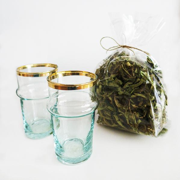 Tea special met handgemaakte Marokkaanse beldi glazen met goud en natuurlijke verbena thee
