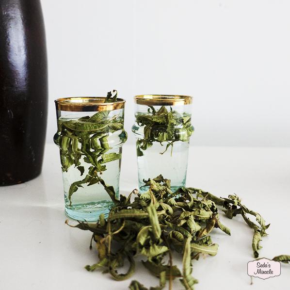 Tea special met handgemaakte Marokkaans beldi glazen met goud en natuurlijke verbena thee
