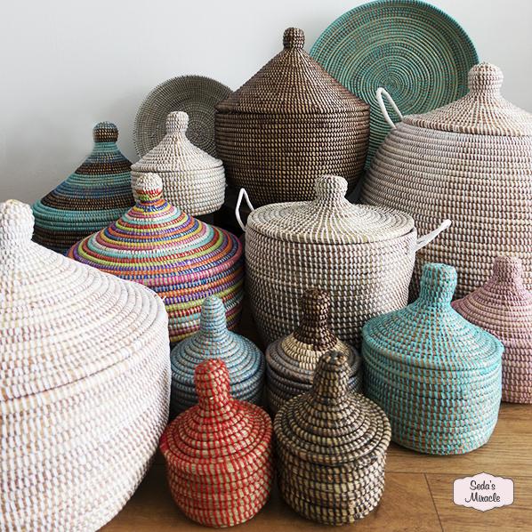 Handgemaakte Afrikaanse manden en schalen