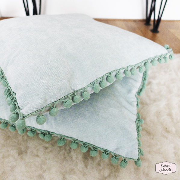 Aaliyah turquoise kussen met groene mini pompoms