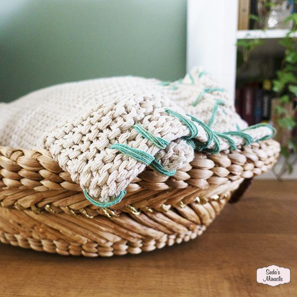 Handgemaakte grote Babia schaal / mand met mooie handgebreide deken/plaid