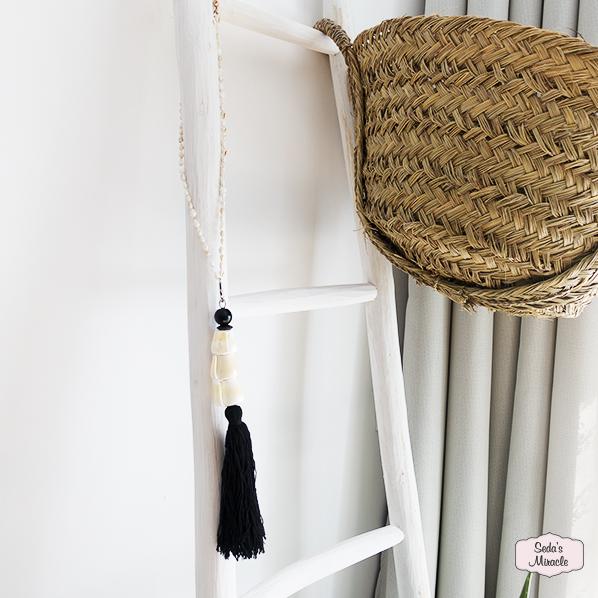 Handgemaakte Dewi hanger met schelpen, Marokkaanse ladder en Essaouira mand van zeegras