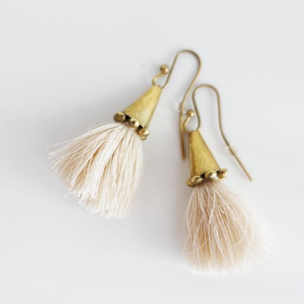 Tassel oorbellen beige, handgemaakt