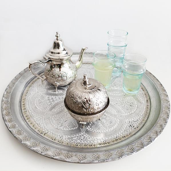 Authentiek Marokkaans Berber theeset met vintage Marokkaans dienblad, Marokkaanse theepot, 4 Marokkaanse Beldi theeglazen en een authentiek Marokkaans bakje met deksel.