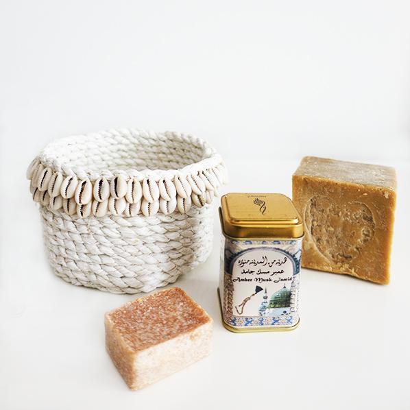 Ghasi cadeaupakket met Imae schelpen mand, Marokkaans geurblokje amber musk jamid en natuurlijke Aleppo zeep