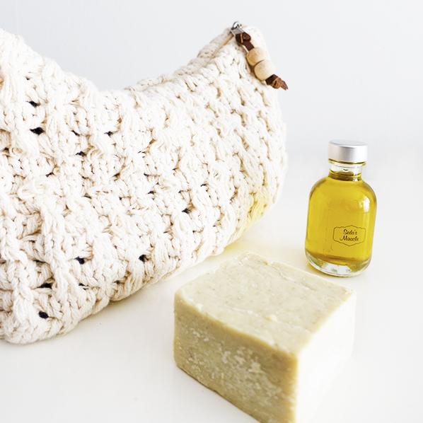 Natuurlijk Zina cadeaupakket met gebreide toilettas, natuurlijke klei zeep en pure natuurlijke olijfolie