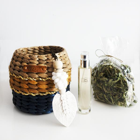 Yogi cadeaupakket met handgemaakt Yogi mand van waterhyacint, handgemaakte Anisha schelpenhanger, natuurlijke oranjebloesemwaterspray, en natuurlijke verbena thee