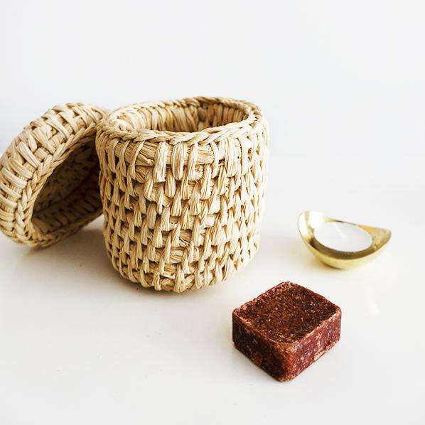 Elissaouia cadeaupakket met handgemaakt Nepalees mandje, Marokkaans geurblokje oudh musk en een handgemaakte waxinelichthouder