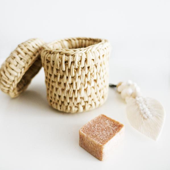 Laha cadeaupakket met handgemaakt Nepalees mandje, Marokkaans geurblokje amber musk jamid en een schelpen hanger