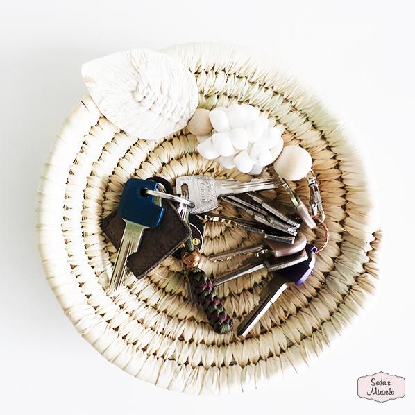 Handgemaakt Marokkaanse schaal, small van palmblad met sleutels en een schelpen sleutelhanger