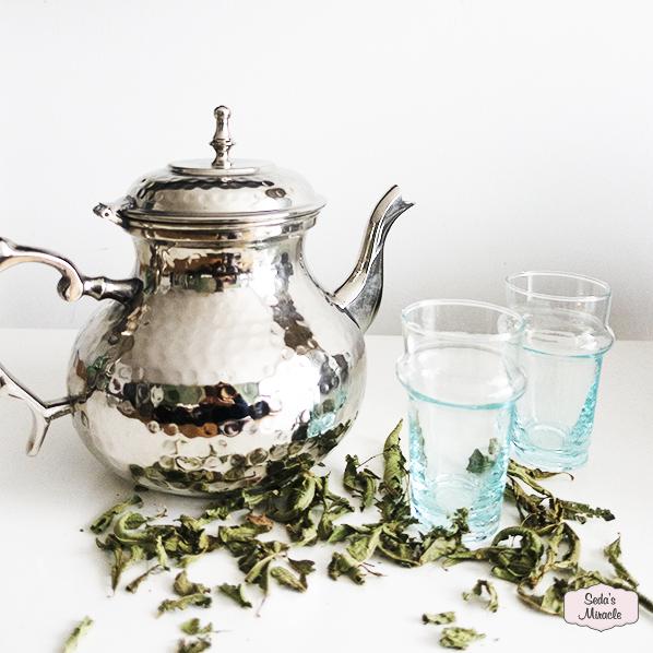 Marokkaanse theepot met handgemaakte Marokkaanse beldi glazen en verbena thee