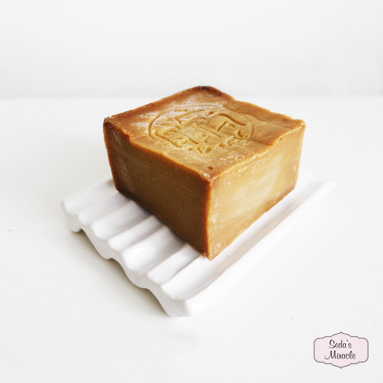 Natuurlijke Aleppo zeep op een handgemaakt Marokkaans klei zeepbakje