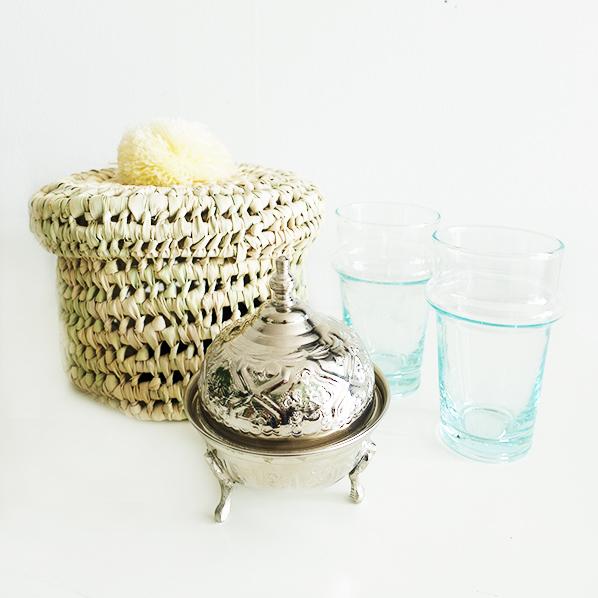 Braiz cadeaupakket met handgemaakt Marokkaans Palmpom mandje, Marokkaanse beldi theeglazen en een handgemaakt Marokkaans bakje met deksel