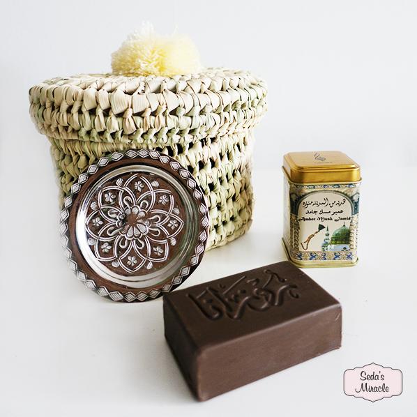 Zaza cadeaupakket met handgemaakt Marokkaans Palmpom mand, natuurlijke olijfolie zeep met oudh & amber, Marokkaans geurblokje amber musk jamid en een handgemaakt Marokkaans Sanae schaaltje, petit