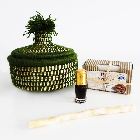 Lahsie gift met Marokkaans bijoux mandje, natuurlijke argan zeep, oudh parfum roller en tandenborstel takje