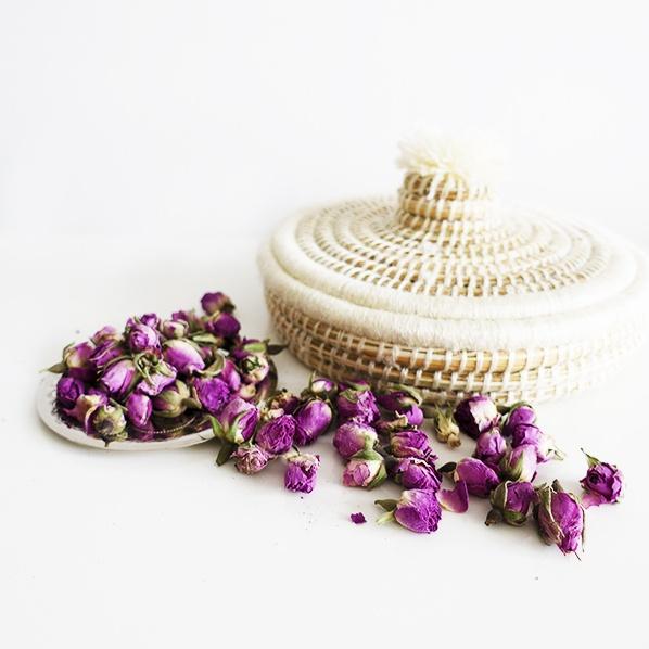 Walida cadeaupakket met handgemaakt Marokkaans Jewellery mandje met gedroogde Marokkaanse rozenknopjes en een Sanae schaaltje, zilver