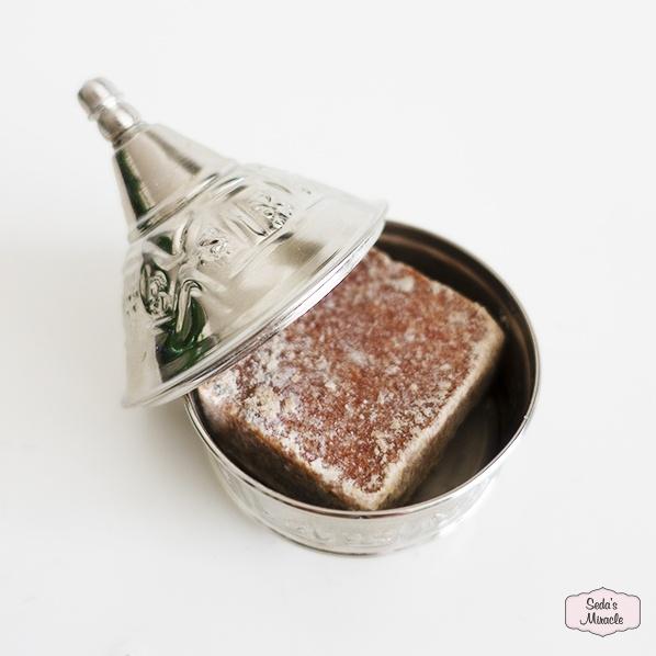 Handgemaakte Marokkaanse zilveren tajine, small met Marokkaans geurblokje amber musk jamid