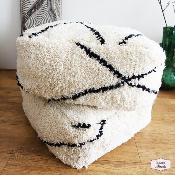 Handgemaakte Marokkaanse poef van schapenwol, large en medium